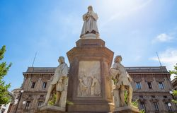 Leonardo da Vinci Statue i Milan, Scala fyrkant, Milan, Italien arkivbilder