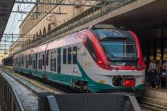 Leonardo Express Trenitalia stoped em Roma Termini Train Station em Roma - It?lia fotografia de stock royalty free