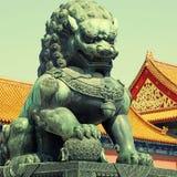 Leone bronzeo nella Città proibita & in x28; Pechino, China& x29; fotografia stock