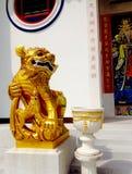 Leone cinese davanti alla foto del santuario Immagini Stock Libere da Diritti