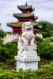 Leone cinese del guardiano e pagoda giapponese Zen Garden Fotografie Stock Libere da Diritti