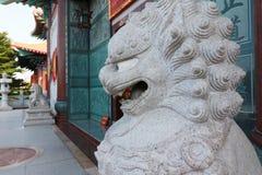 Leone di Dwayne Johnson davanti al tempio cinese Fotografie Stock Libere da Diritti