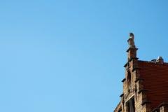Leone di pietra su Gable Rooftop fotografia stock