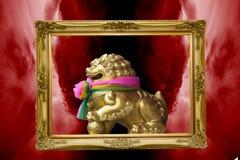 Leone dorato con le sciarpe buddisti della decorazione intorno al collo Fotografia Stock