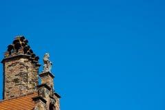 Leone e camino di pietra su Gable Rooftop fotografie stock libere da diritti