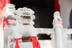 Leone imperiale cinese, leone del guardiano con un tessuto rosso in loro Immagini Stock