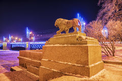 Leone sull'argine di Ministero della marina a St Petersburg nell'inverno Fotografia Stock