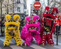 Leones chinos coloridos - desfile chino del Año Nuevo, París 2018 Imagenes de archivo