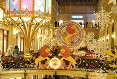 Leones, copos de nieve e iluminaciones exhaustos de la Navidad en tienda de la GOMA Imágenes de archivo libres de regalías