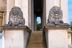 Leoni di pietra alla porta Fotografie Stock