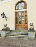 Leoni di pietra sotto il palazzo di Pavlovsk fotografie stock