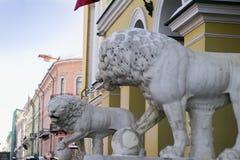 Leoni di pietra in una città europea immagine stock libera da diritti
