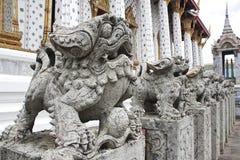 Leoni di pietra a Wat Arun, Bangkok, Tailandia. Fotografie Stock Libere da Diritti