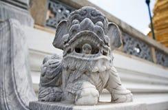 Leoni di pietra a Wat Phra Kaew, Bangkok. fotografie stock libere da diritti