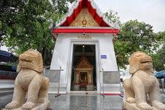 Leoni e tempio Immagine Stock