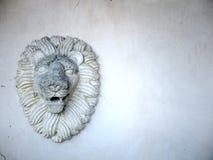 Leoni testa e criniera nella scultura del gesso Fotografia Stock Libera da Diritti