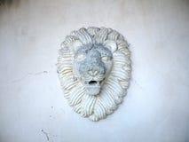 Leoni testa e criniera nella scultura del gesso Fotografia Stock