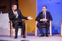Leonid Parfenov (gelassen) und Vladislav Martynov machen Podiumsdiskussion Lizenzfreie Stockfotos
