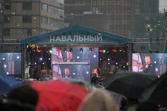 Leonid Parfenov talar på en aktion samlar oppositionsledaren Alexei Navalny Arkivfoton