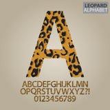 Leopard-Haut-Alphabet und Zahl-Vektor lizenzfreie abbildung