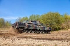 Leopardo alemão 1 movimentações 5 de um tanque na trilha imagem de stock