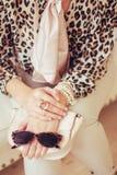Leopardtryck och exponeringsglas i handen Arkivbilder