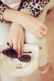 Leopardtryck och exponeringsglas i handen Arkivfoto