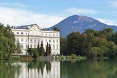 Leopoldskron slott i Salzburg, Österrike, Europa, med det Gaisberg berget Royaltyfri Foto