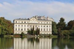 Leopoldskron slott i Salzburg, Österrike, Europa, med fästningen Hohensalzburg i bakgrunden Royaltyfria Bilder