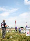 Leopoli, Ucraina - agosto 2015: I campionati di FAI European per spazio modella 2015 L'atleta Designer del membro lancia i razzi  Immagine Stock
