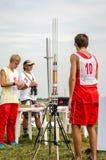Leopoli, Ucraina - agosto 2015: I campionati di FAI European per spazio modella 2015 L'atleta Designer del membro lancia i razzi  Fotografia Stock Libera da Diritti