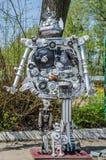LEOPOLI, UCRAINA - APRILE 2016: I robot sono fatti dalle parti differenti di vecchie automobili riunite allo scarico Immagine Stock