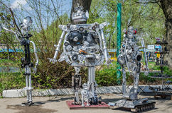 LEOPOLI, UCRAINA - APRILE 2016: I robot sono fatti dalle parti differenti di vecchie automobili riunite allo scarico Fotografia Stock