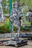 LEOPOLI, UCRAINA - APRILE 2016: I robot sono fatti dalle parti differenti di vecchie automobili riunite allo scarico Immagini Stock Libere da Diritti