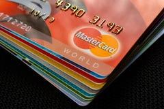 Leopoli, Ucraina - 26 aprile 2019: Primo piano delle carte di credito di Mastercard disposte su un fondo scuro fotografia stock