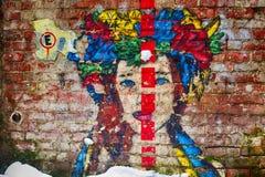 Leopoli, Ucraina - 13 febbraio 2018 Graffiti, ritratto della ragazza ucraina con la corolla variopinta Immagini Stock