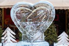 LEOPOLI, UCRAINA - 21 febbraio 2018 Scultura di ghiaccio con un cuore Immagine Stock