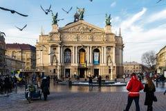 Leopoli, Ucraina - febbraio 2014 - teatro di Leopoli dell'opera e balletto con le sculture e la gente nel giorno solntsenchy Fotografie Stock Libere da Diritti