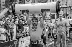 LEOPOLI, UCRAINA - GIUGNO 2016: Forti maciste del culturista dell'atleta gonfiate con un bello corpo per sollevare bilanciere pes Fotografia Stock Libera da Diritti