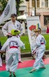 LEOPOLI, UCRAINA - GIUGNO 2016: I bambini ragazzo e ragazza in un kimono mostrano le loro abilità durante l'addestramento per il  Fotografia Stock Libera da Diritti
