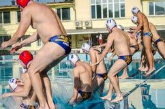 LEOPOLI, UCRAINA - GIUGNO 2016: I giocatori degli atleti nel pallanuoto in gruppo saltano nello stagno prima di un allenamento Immagini Stock