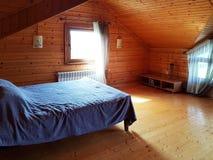 Leopoli, Ucraina - 9 9 2018: Interno rigoroso della camera da letto in una casa di legno Spazio vitale del progettista Posto di r fotografie stock