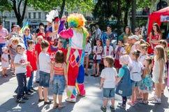 Leopoli, Ucraina - luglio 2015: Fest 2015 della via di Yarych Il pagliaccio ed il gioco indiano, cantano e ballano con i bambini  Fotografie Stock Libere da Diritti