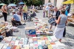 Leopoli, Ucraina - luglio 2015: Gli uomini e le donne scelgono e affare ed i venditori stanno vendendo i vecchi libri rari e gli  Fotografia Stock