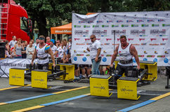 LEOPOLI, UCRAINA - LUGLIO 2016: Le forti maciste del culturista dell'atleta portano prima il più forte gruppo di progettazione de Immagine Stock Libera da Diritti