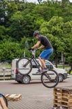 LEOPOLI, UCRAINA - MAGGIO 2016: Lo sportivo su un casco della bicicletta sta correndo all'alta velocità che rimbalza la concorren Immagini Stock