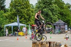 LEOPOLI, UCRAINA - MAGGIO 2016: Lo sportivo su un casco della bicicletta sta correndo all'alta velocità che rimbalza la concorren Fotografie Stock