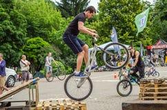 LEOPOLI, UCRAINA - MAGGIO 2016: Lo sportivo su un casco della bicicletta sta correndo all'alta velocità che rimbalza la concorren Fotografia Stock