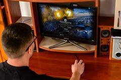 LEOPOLI, UCRAINA - 8 MARZO 2019: Illustrazione di un mondo del gioco di computer dei carri armati, mostrante un uomo che gioca qu immagini stock libere da diritti