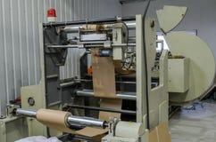 LEOPOLI, UCRAINA - NOVEMBRE 2018: Grande sacco di carta che fa macchina alla fabbrica immagine stock